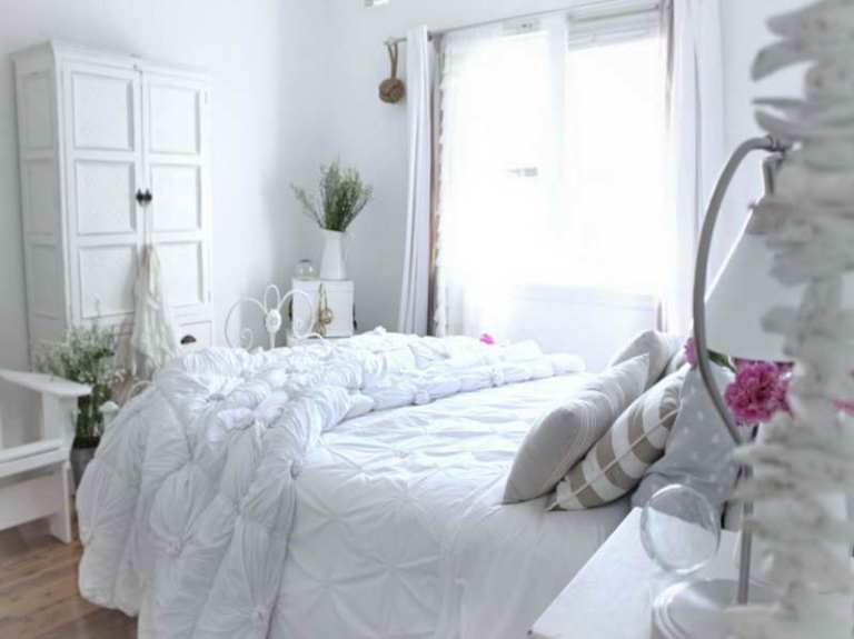 Cottage-Bedroom-Decorating-Ideas-with-white-theme
