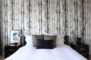 Woodsy-wallpaper-gives-the-cozy-bedroom-an-entirely-new-look